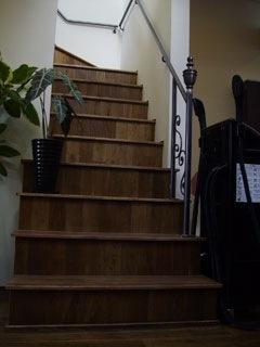 鉄細工の手摺が印象的なVIPスペースへの階段