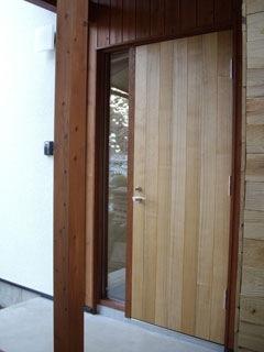 クルミの木でつくった手ざわりの良い玄関ドア