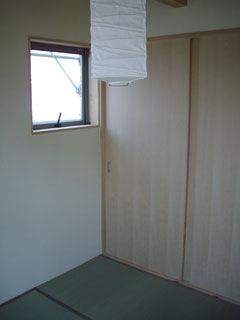 大きな押入を備えた4.5畳の和室