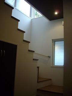 家族が待つ2階へと導く階段