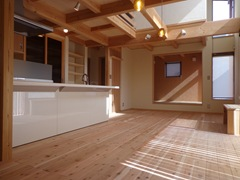 一段上がった小さい和室は多目的に使えます