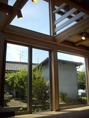 南側には大きな窓を配し外からの恵みをお出迎え