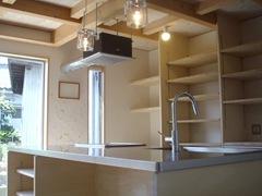 キッチン廻りは全てを隠さず、換気扇やダクト等をデザインのアクセントとして