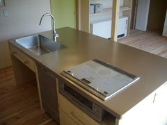 奥行き1.2mもある製作キッチンは、調理と食事両方の用途を兼ね備えているスグレモノ