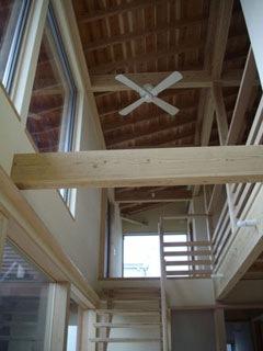 大きな吹抜は陽光と、家人の気配を1階へと運ぶ