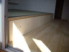 寝室は一段上げて畳を敷き、その下を収納に