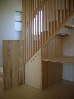 格子の配された階段の下には書斎スペースやワゴンを