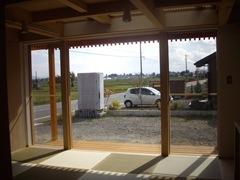 リビングにある木製建具はたくさんの陽光を迎える場所